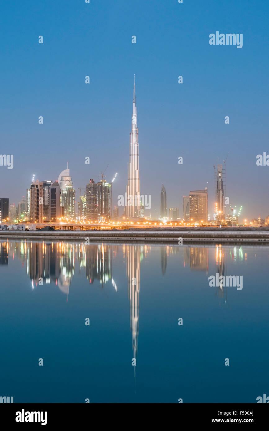 Horizonte de rascacielos y Burj Khalifa torre antes de amanecer en Dubai, Emiratos Árabes Unidos Foto de stock