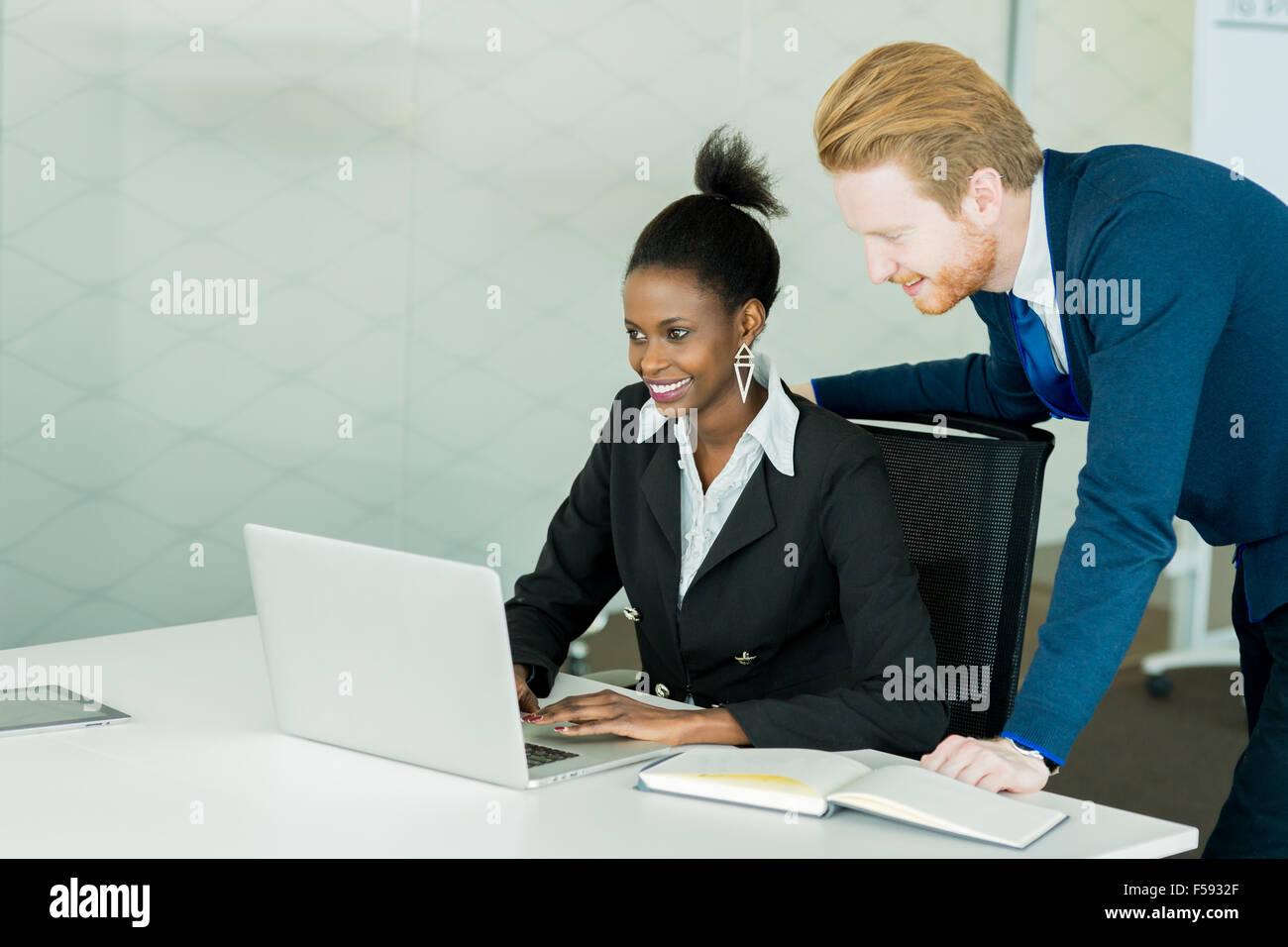 Gente de negocios discutiendo planes de futuro e intercambiar ideas en un mostrador blanco en una oficina. Foto de stock
