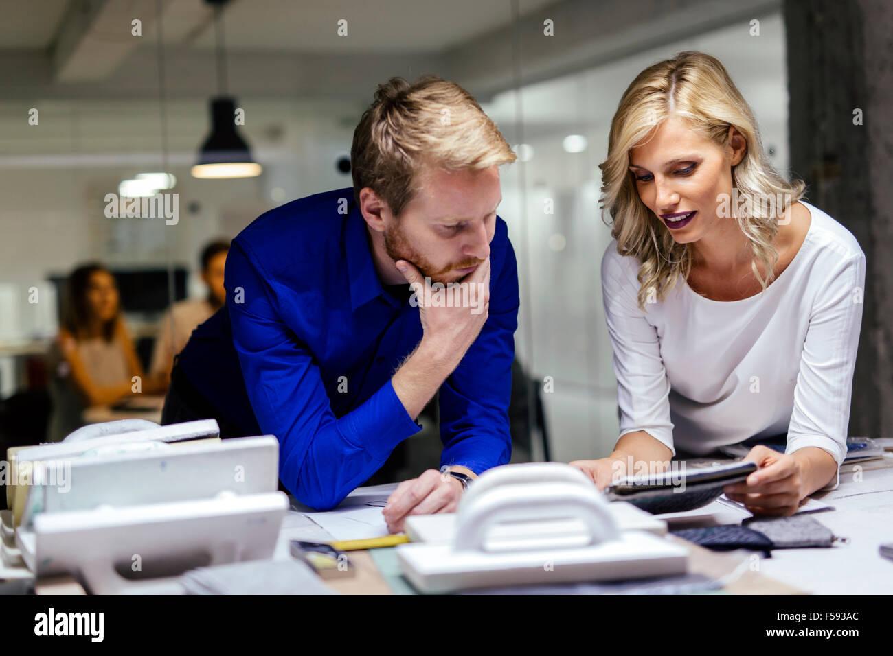 Hombre y mujer taller de diseño en acción Imagen De Stock