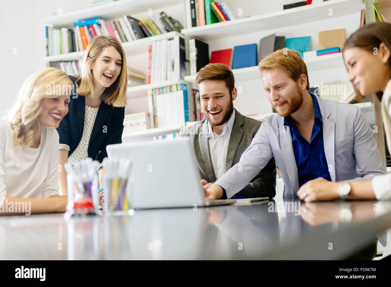 Equipo de creativos y diseñadores en Office sonriente y ser creativo Imagen De Stock