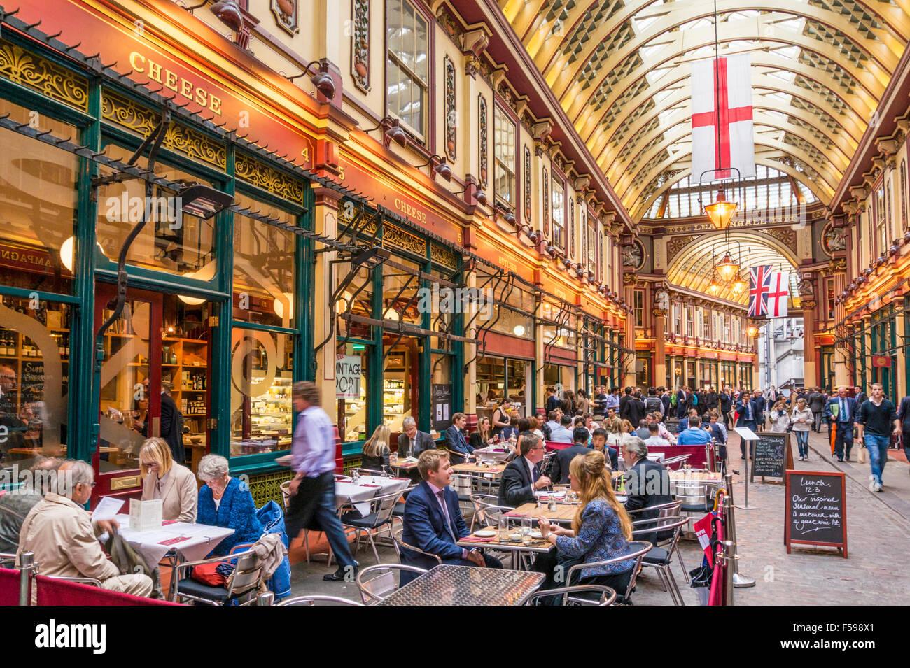 Los trabajadores de la ciudad de Londres de comer y beber después de trabajar en el mercado Leadenhall Ciudad Imagen De Stock