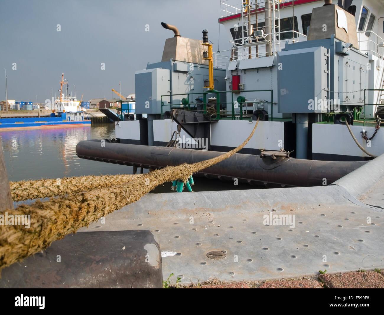 Amplio ángulo de visión plana angulada de succión visiblemente un buque en el puerto de Bensersiel; Perspectiva a lo largo de la soga del ancla Foto de stock