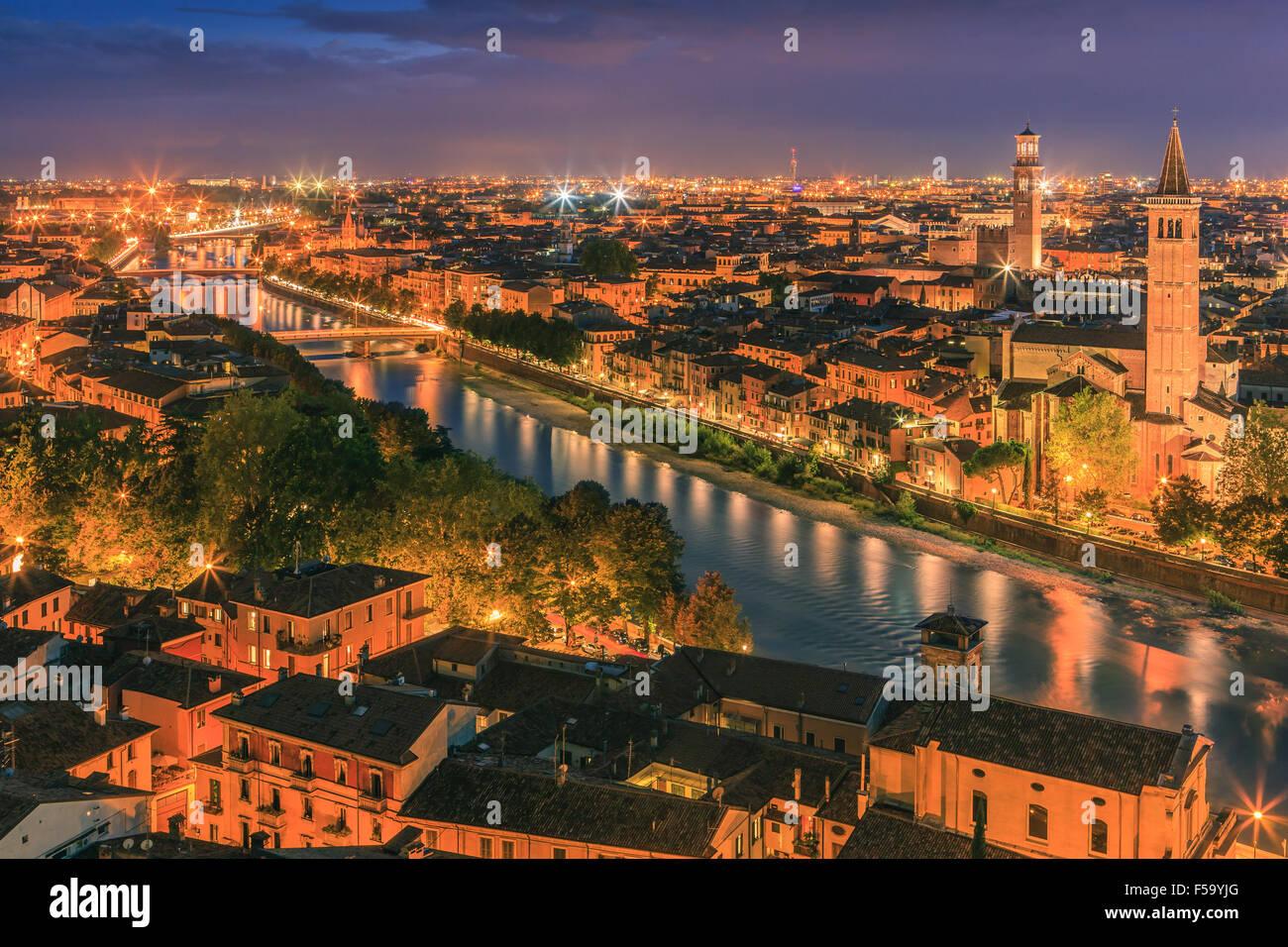 Iglesia de Santa Anastasia y la Torre dei Lamberti al atardecer a lo largo del río Adigio en Verona, Italia. Imagen De Stock