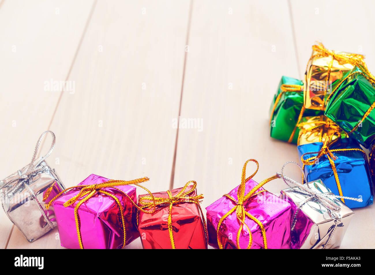 Cajas con regalos en una luz tablones de madera Imagen De Stock