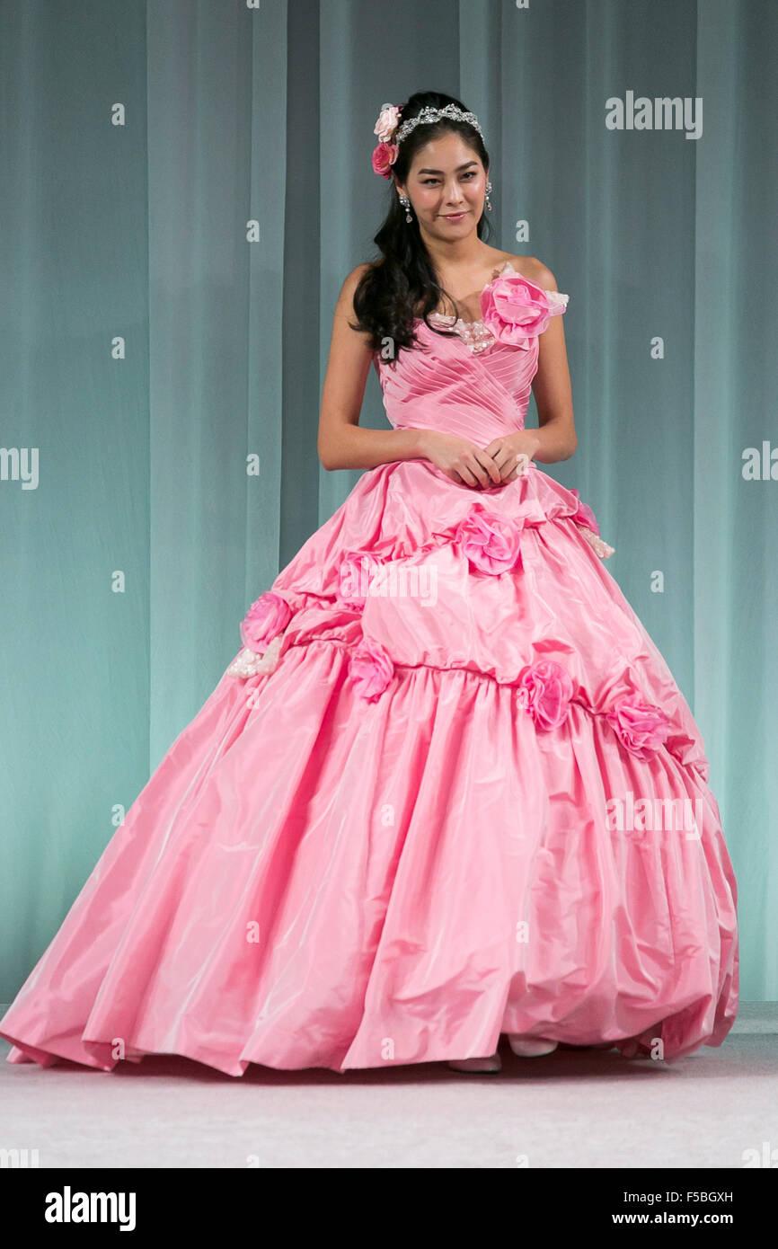 Usando un modelo de la marca de moda \'\'La Couture Yoshie\'\' camina ...
