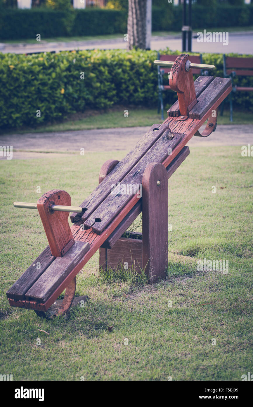 Balancín de madera vieja en la infancia para ilustrar el concepto de nostalgia. Imagen De Stock