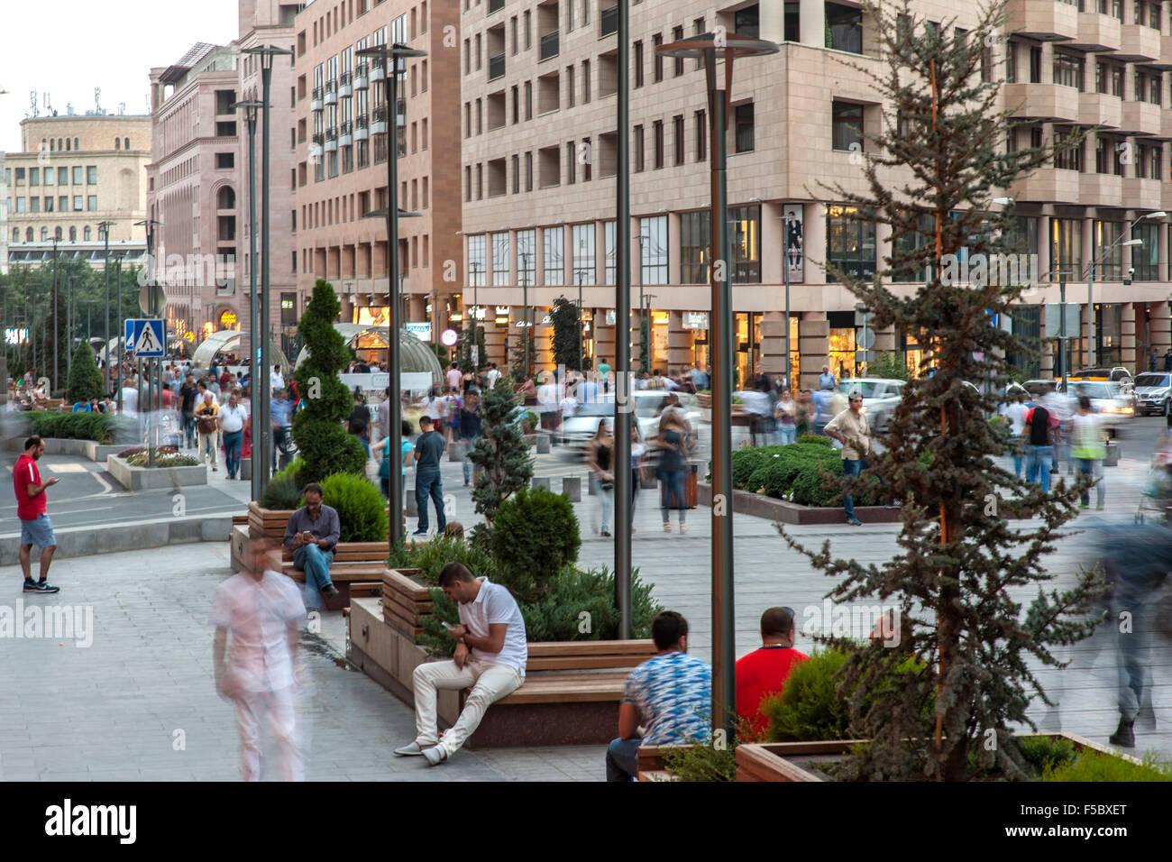 Los peatones caminando por la Avenida Norte, una calle peatonal en Ereván, la capital de Armenia. Foto de stock
