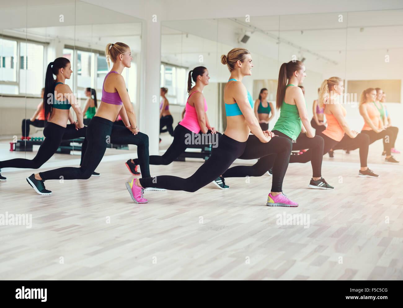 Gimnasio, el deporte, la formación, el gimnasio y el concepto de estilo de vida - grupo de gente sonriente Imagen De Stock