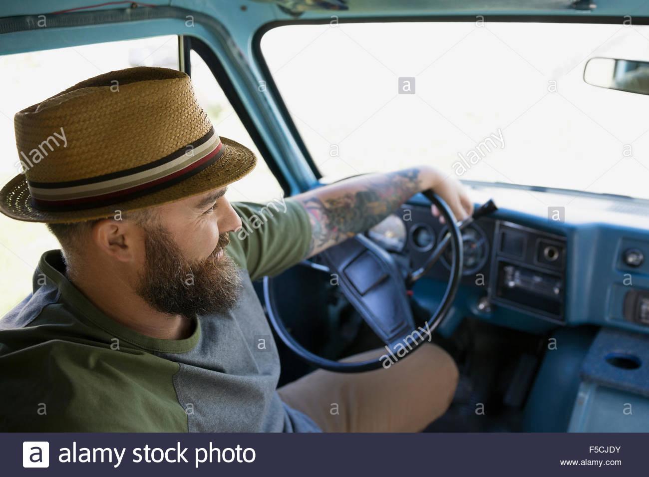 Hombre Barbado en hat van de conducción Imagen De Stock
