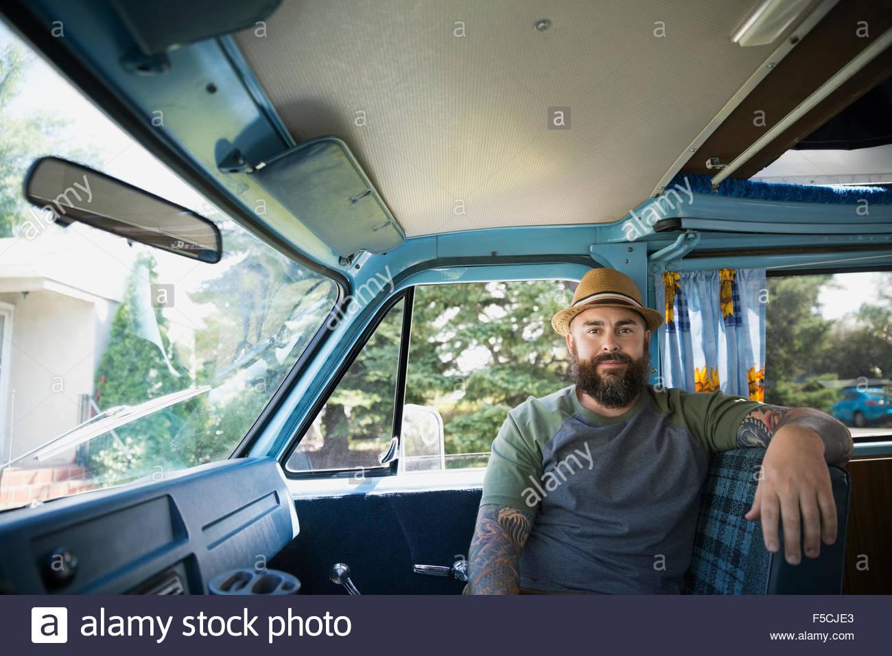 Retrato serio hombre barbado en van Imagen De Stock