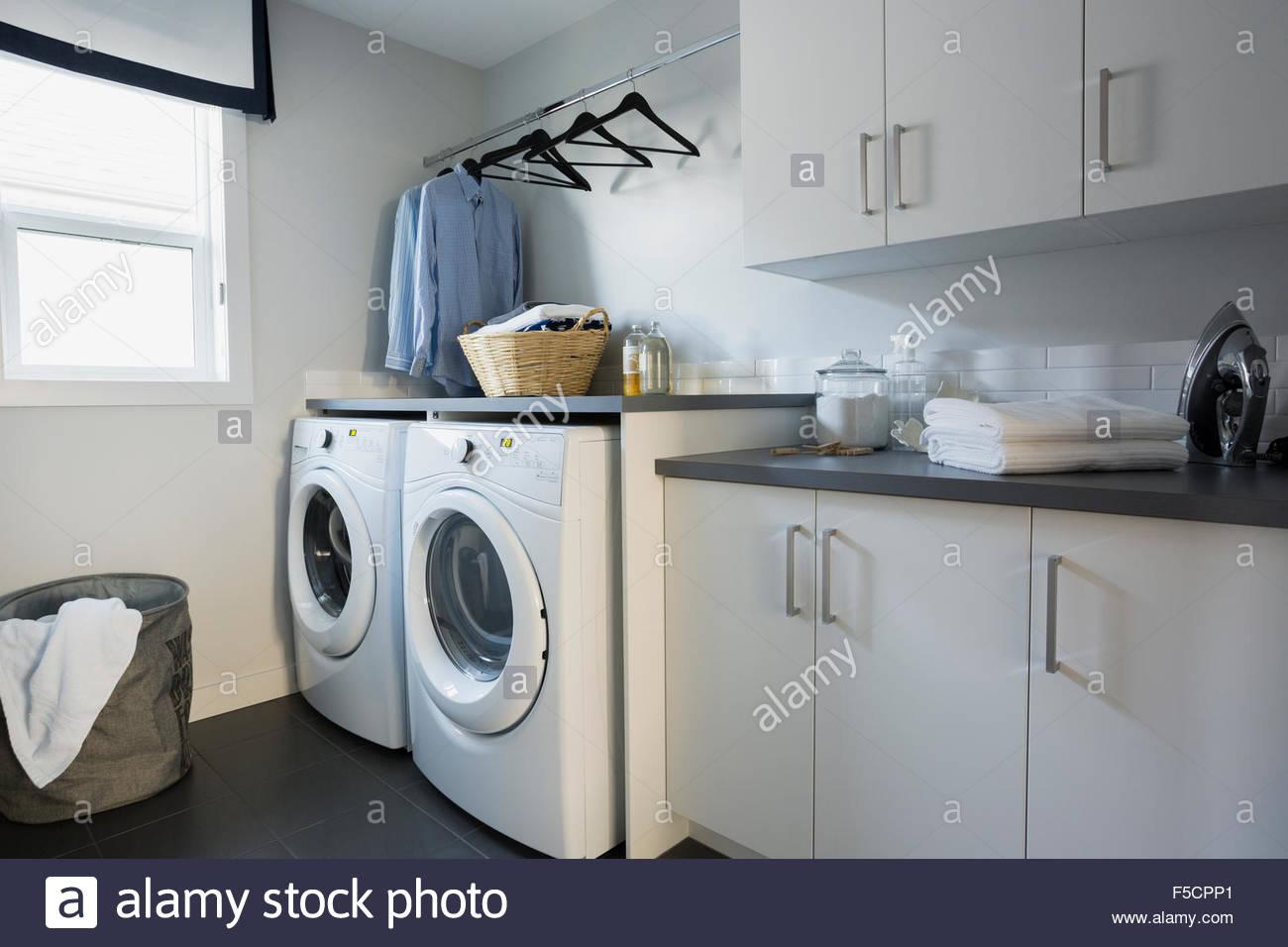 Lavadora y secadora en cuarto de lavandería Foto & Imagen De Stock ...