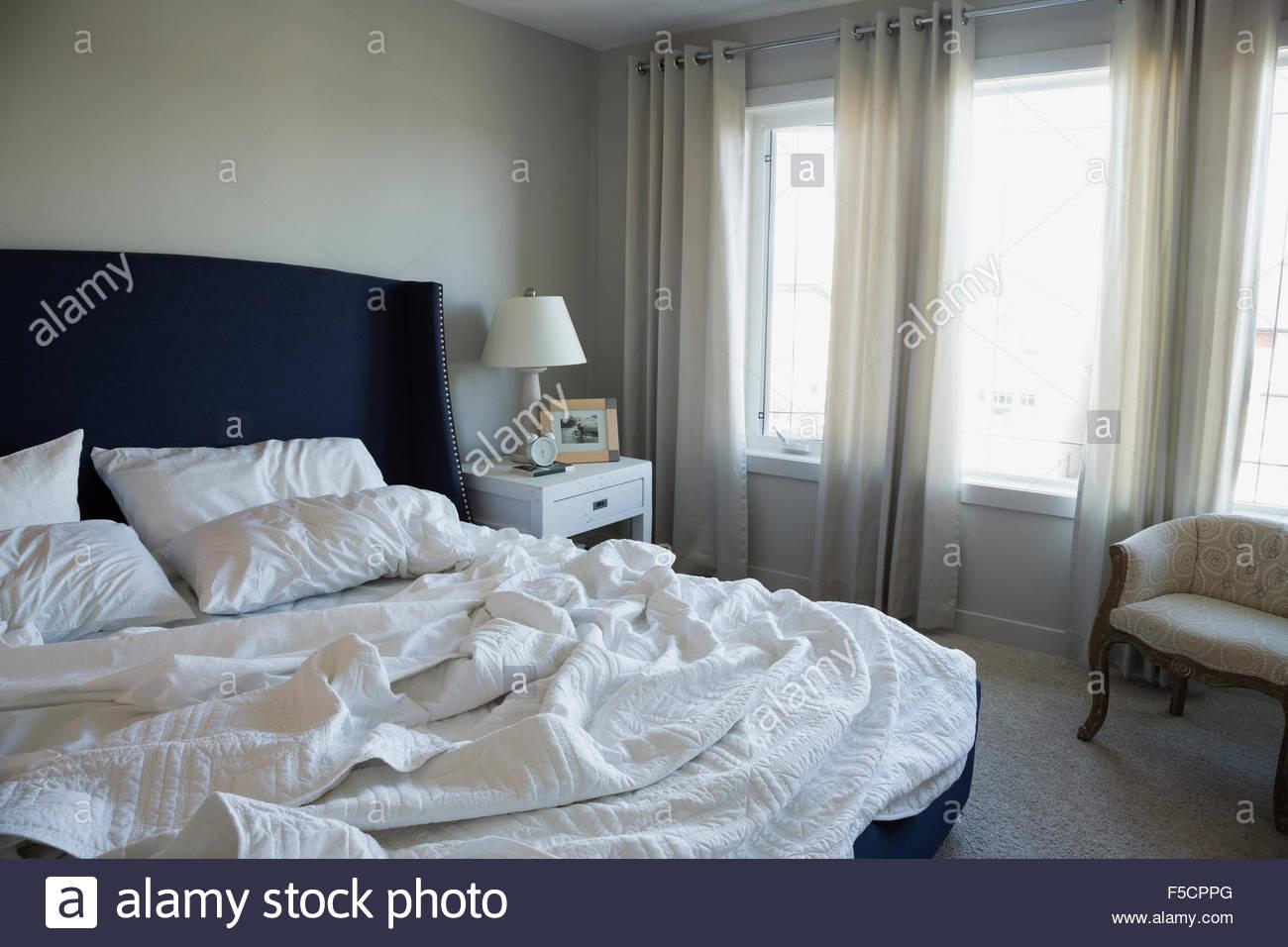 Deshacen la cama en el dormitorio Imagen De Stock