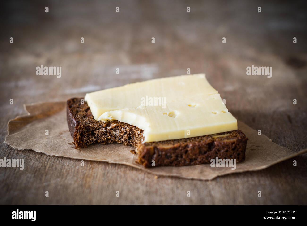 Pan y queso en la rústica mesa. La comida simple Imagen De Stock