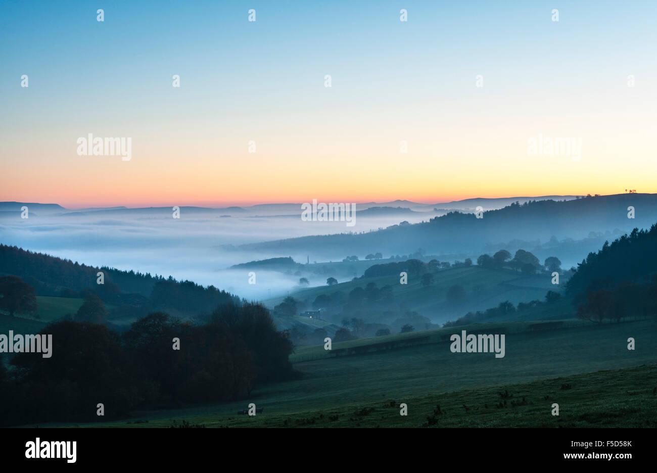 Cerca de Knighton, Powys, Gales, Reino Unido. Desde el 01 de noviembre, 2015. Atardecer en una solitaria cabaña con una espesa niebla llenando los valles más allá. En la distancia, heno Bluff a la izquierda y la pluma en el ventilador y en el centro de Brecon Beacons Crédito: Alex Ramsay/Alamy Live News Foto de stock