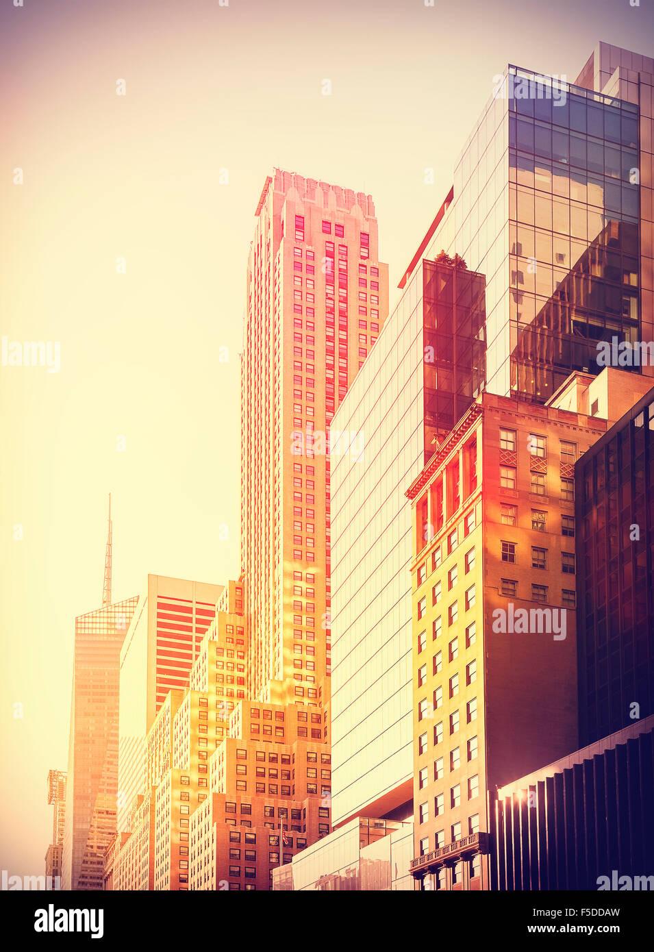 Vintage instagram foto filtrada de los rascacielos de Manhattan al atardecer, la ciudad de Nueva York, EE.UU.. Imagen De Stock