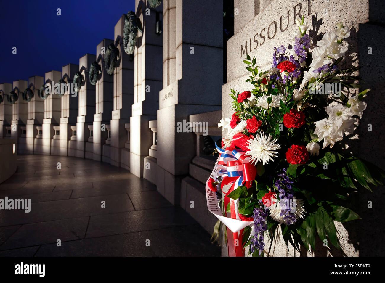 Las flores y el Memorial de la Segunda Guerra Mundial, Washington, Distrito de Columbia, EE.UU. Imagen De Stock