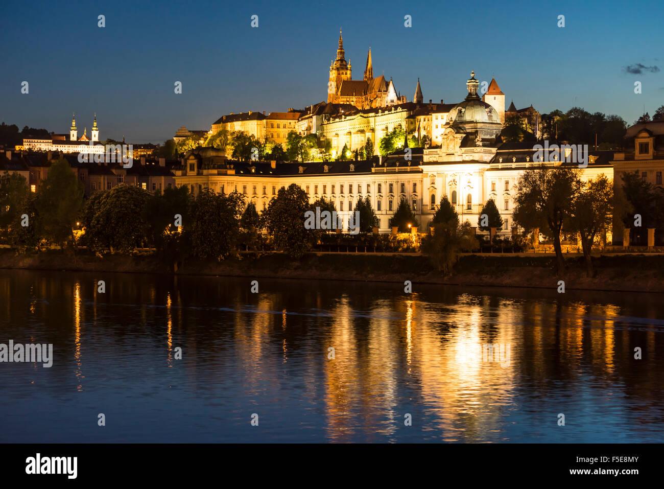 La Catedral de San Vito y el Castillo de Praga iluminado al anochecer, Sitio del Patrimonio Mundial de la UNESCO, Imagen De Stock