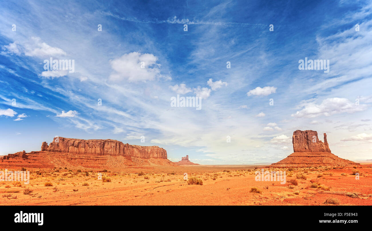 Foto panoramica de Monument Valley Navajo Tribal Park, Utah, EE.UU.. Imagen De Stock