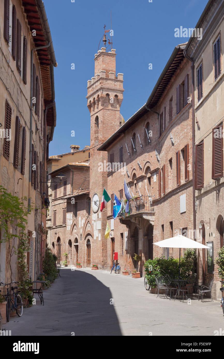Casco antiguo con torre campanaria torre, Buonconvento, provincia de Siena, Toscana, Italia, Europa Imagen De Stock