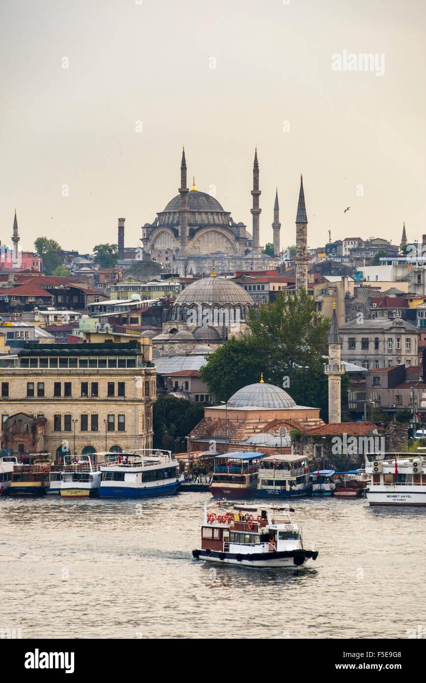 Crucero por el Cuerno de Oro con la Mezquita detrás, Estambul, Turquía, Europa Imagen De Stock