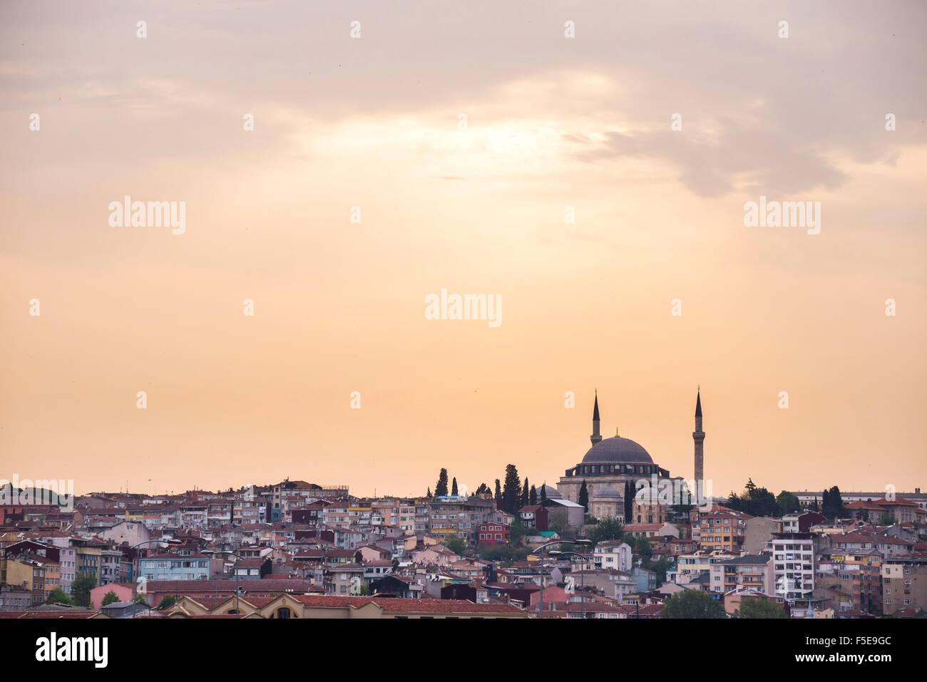 Mezquita en la cima de la colina al atardecer, Estambul, Turquía, Europa Imagen De Stock