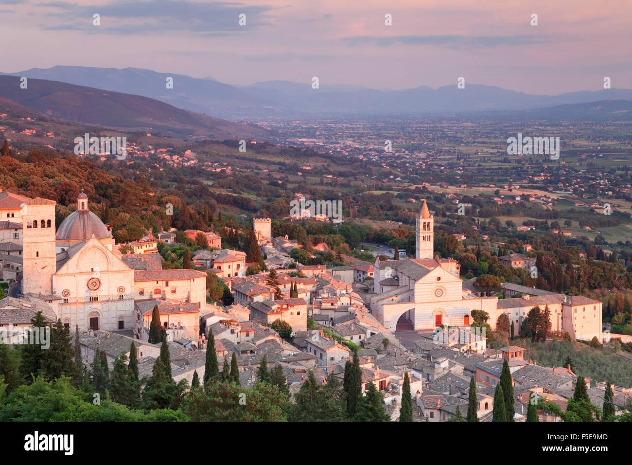 Vistas a Asís a Santa Chiara basílica y la Catedral de San Rufino al atardecer, distrito de Asís, Perugia, Umbria, Foto de stock