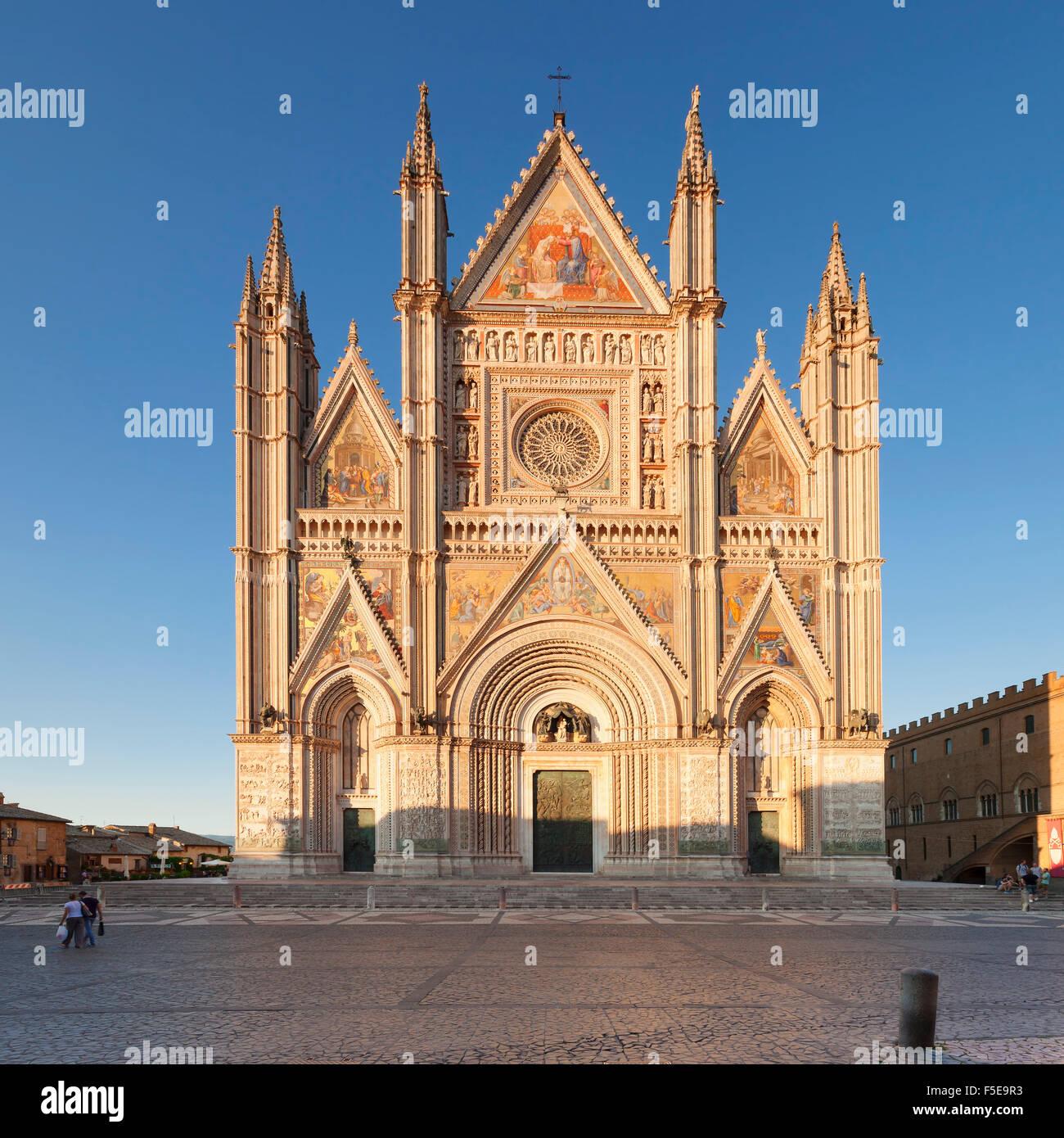 Vista de la Catedral de Santa María, Orvieto, provincia de Terni, en Umbría, Italia, Europa Foto de stock