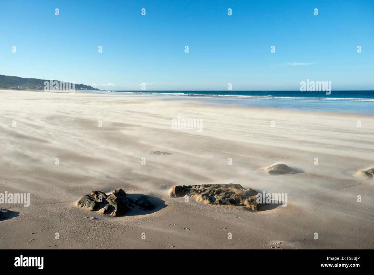 Kilómetros de playas desiertas en la costa entre Barbate y Zahara de los Atunes en Andalucía, España, Europa Foto de stock
