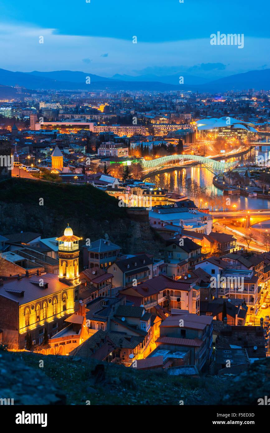 Puente de paz y Servicio Público salón de casa de justicia de Río Mtkvari, Tbilisi, Georgia, el Cáucaso, Imagen De Stock