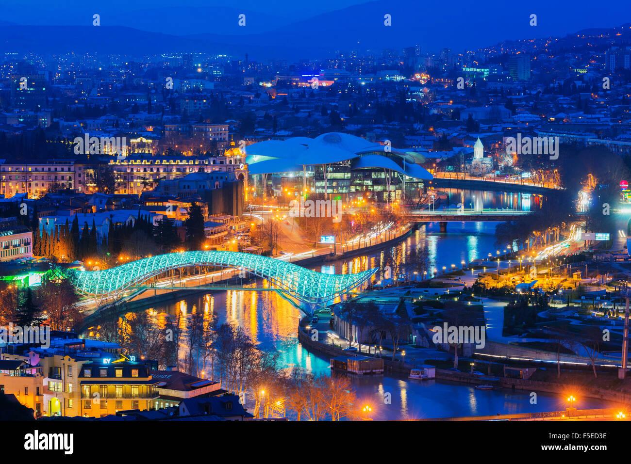 Vista de la ciudad, el Puente de la paz y el servicio público salón de casa de justicia de Río Mtkvari, Imagen De Stock