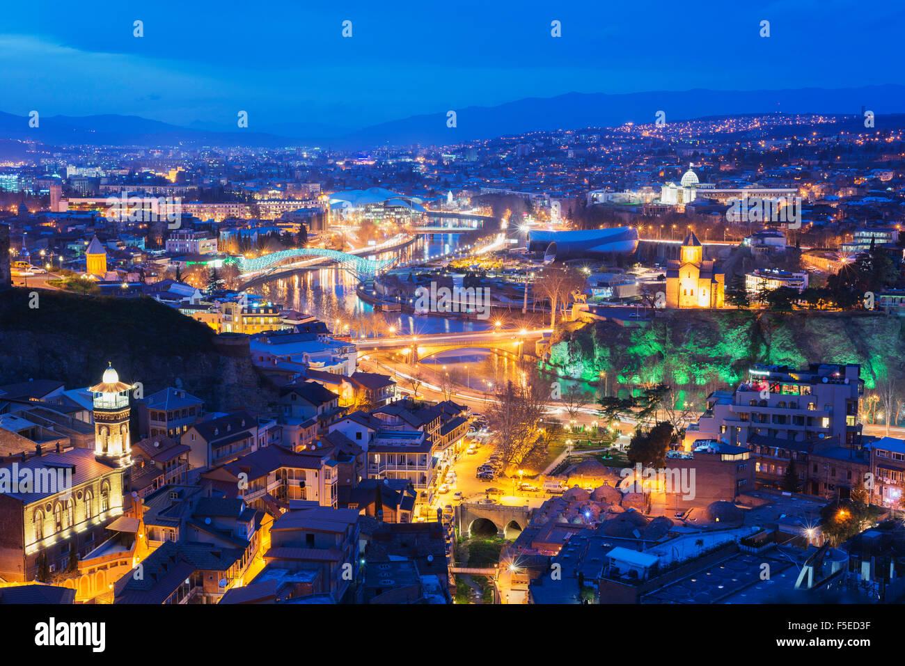 Con vistas a la ciudad, incluyendo el puente de la paz y el servicio público salón de casa de justicia Imagen De Stock