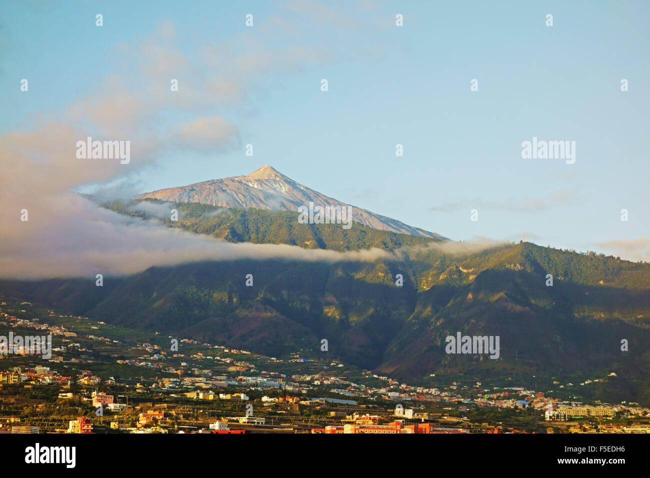 El pico del Teide y al Valle de La Orotava, Tenerife, Islas Canarias, Atlántico, Europa Imagen De Stock