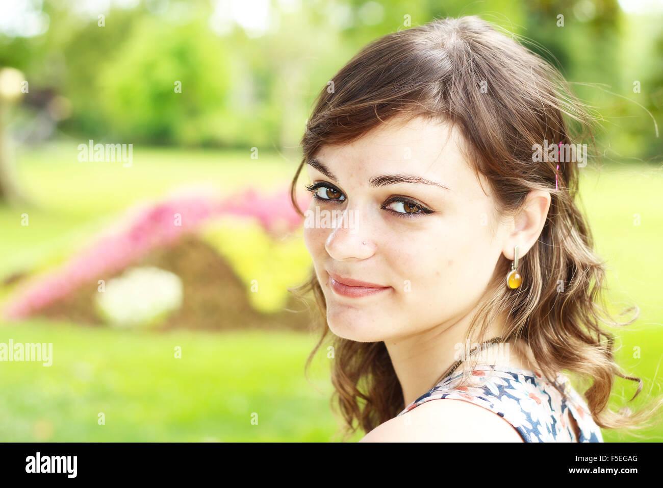Retrato de una mujer sonriente Foto de stock