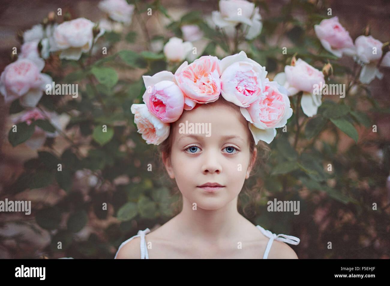 Chica usando un tocado con rosas Imagen De Stock