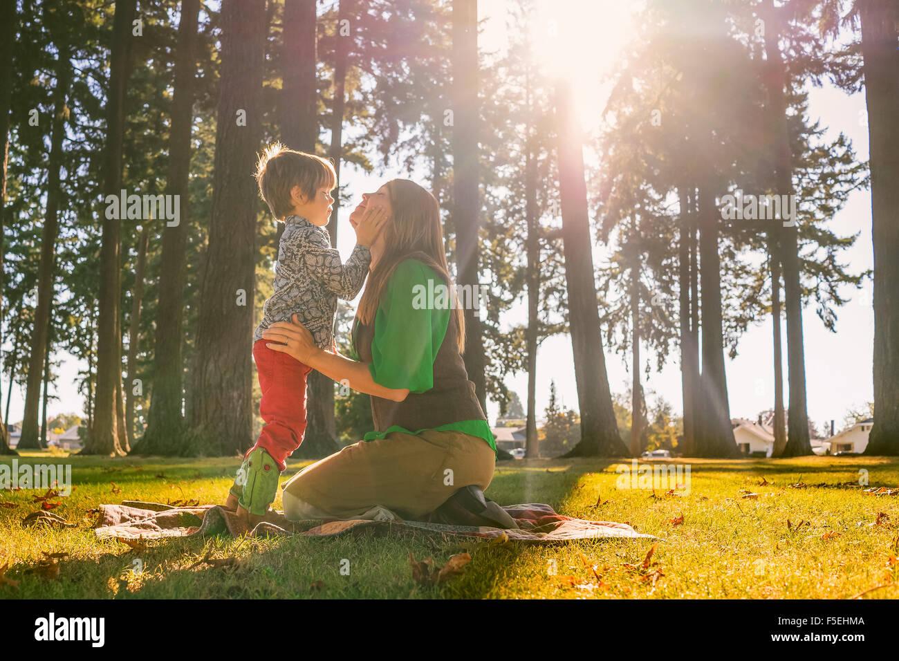 Madre e hijo tocando con caras sonrientes Imagen De Stock
