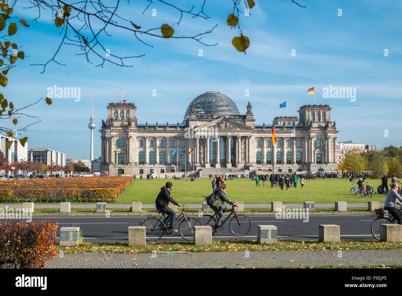 Edificio del Reichstag alemán y cúpula, con turistas en primer plano, Berlín, Alemania, Europa Imagen De Stock