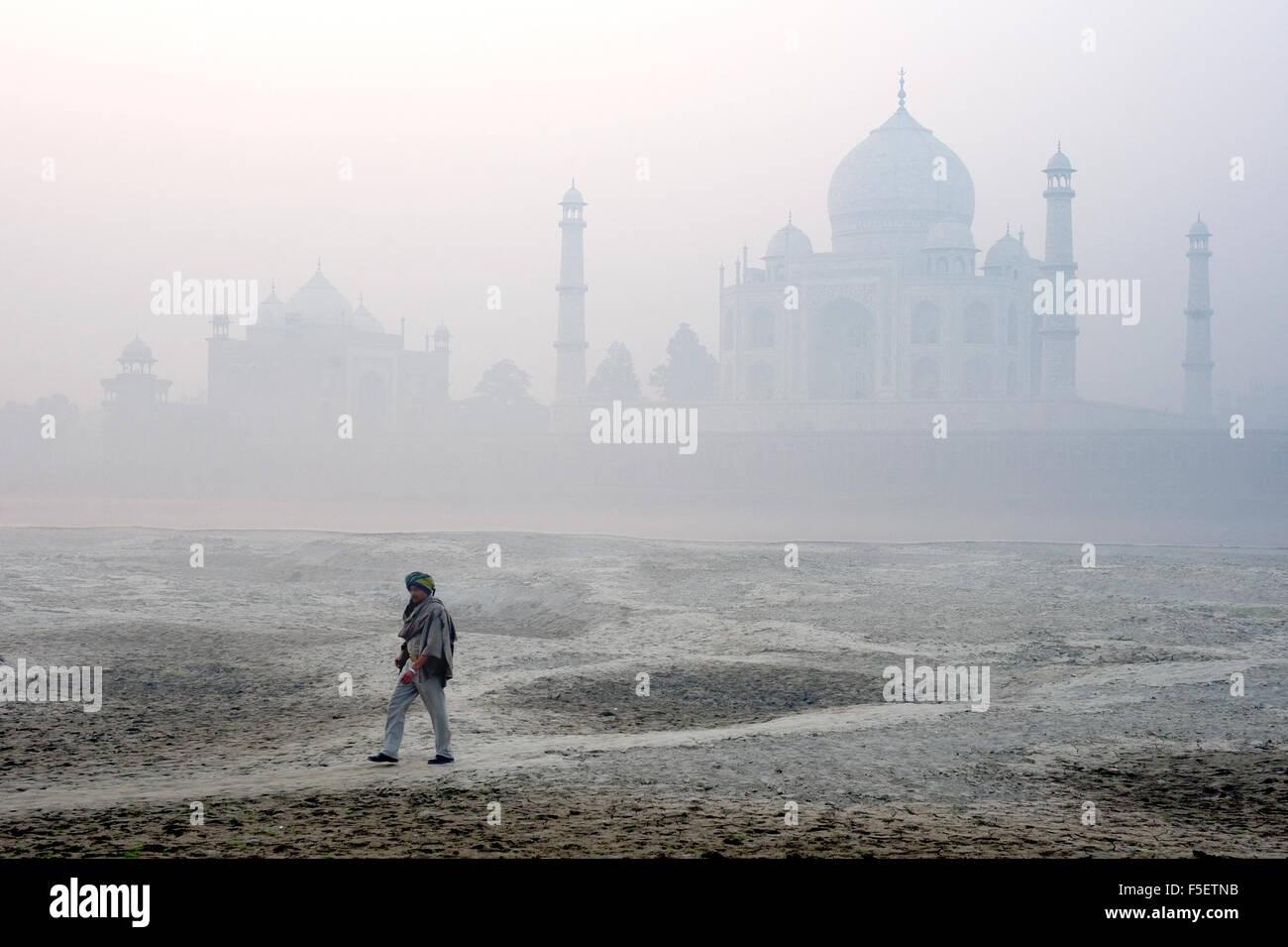 Taj Mahal guard camina sobre los bancos del río Yamuna. Imagen De Stock