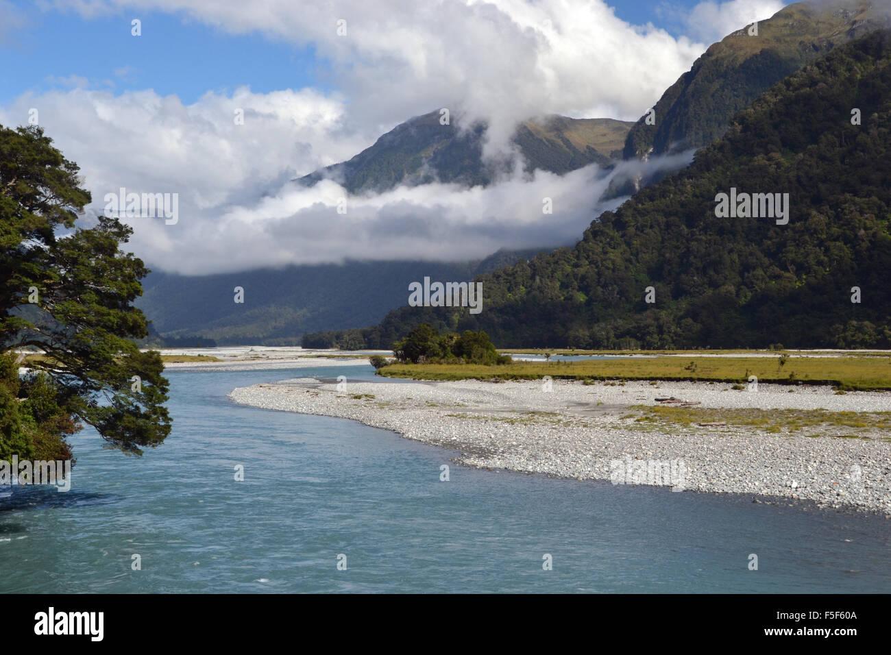 """Nueva Zelanda o Aotearoa, """"la tierra de la larga nube blanca"""" en maori, y un río, Isla del Sur, Nueva Imagen De Stock"""