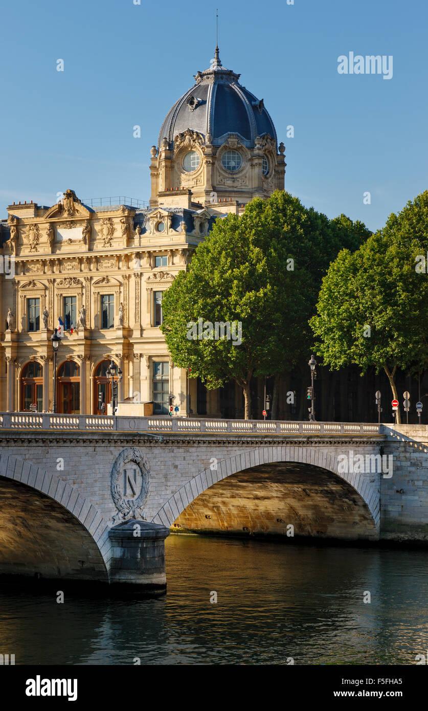 Tribunal de Comercio de París monumento y Pont au Change por el río Sena, en el 4º arrondissement, Imagen De Stock