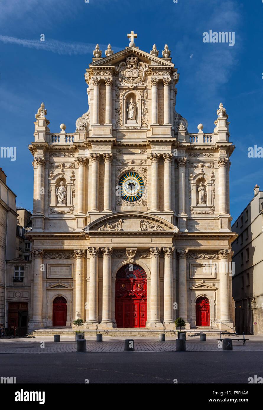 Fachada de la iglesia de Saint-Paul-Saint-Louis en el barrio de Marais (4º arrondissement) de París, Francia. Foto de stock