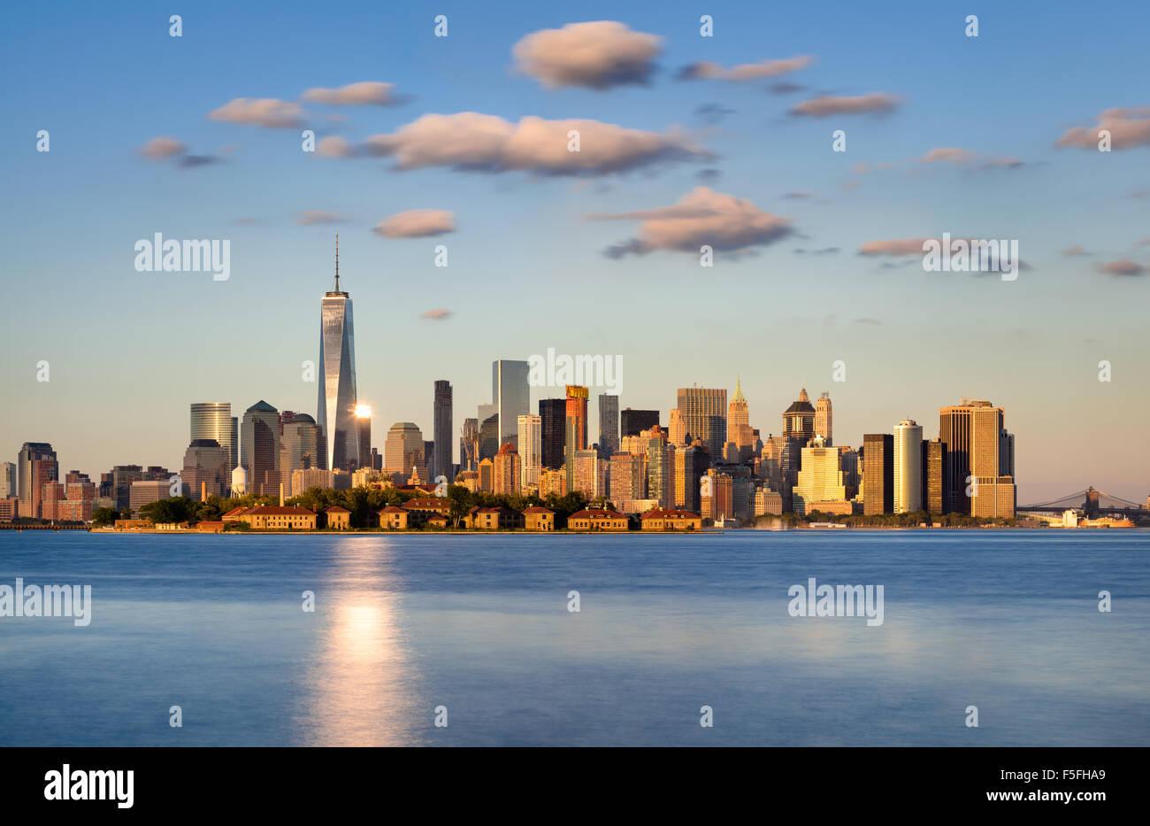 El horizonte de la ciudad de Nueva York, Manhattan. Ellis Island aparece delante de los rascacielos del distrito Imagen De Stock