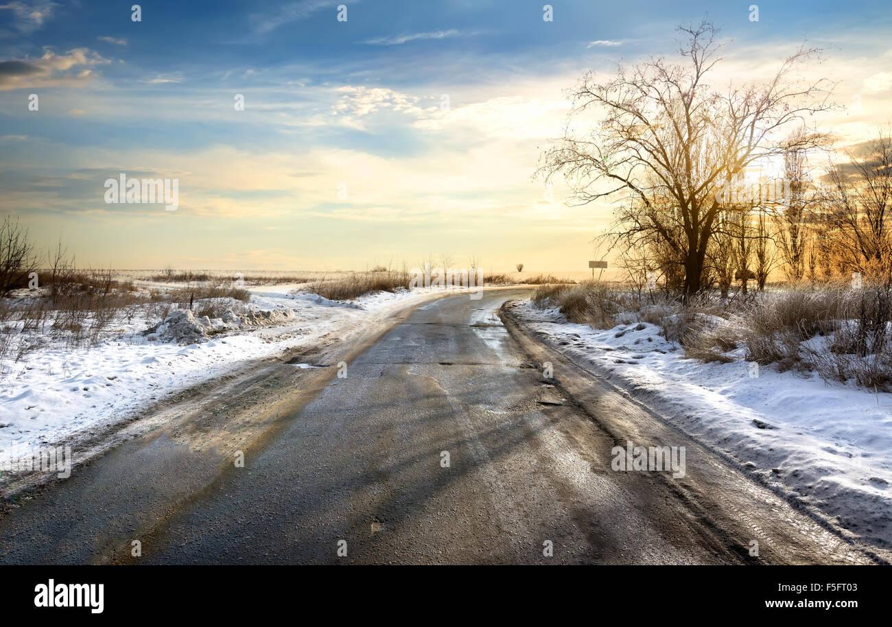 Carretera en invierno en el hermoso atardecer Imagen De Stock