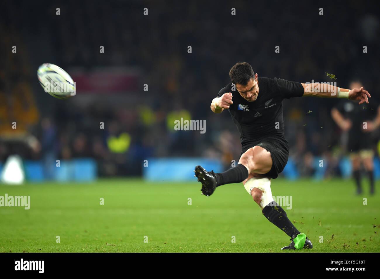 Londres, Reino Unido. 31 Oct, 2015. Dan Carter (NZL) Rugby : Dan Carter de Nueva Zelanda lleva una patada durante Imagen De Stock
