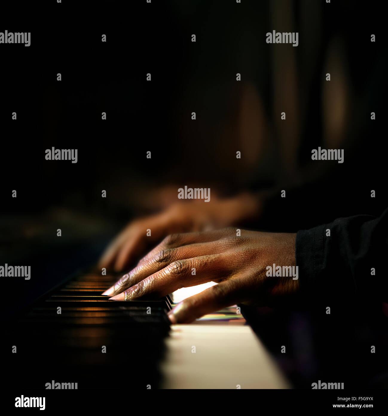 Manos de pianista tocando sintetizador de cerca Imagen De Stock