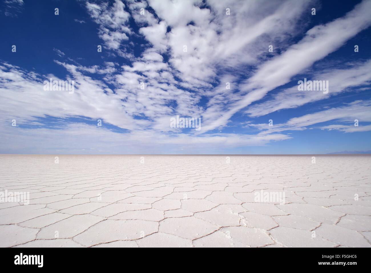 Estructura en nido de abeja en el salar de Uyuni, Salar, nubes, altiplano, lipez, bolivia Imagen De Stock