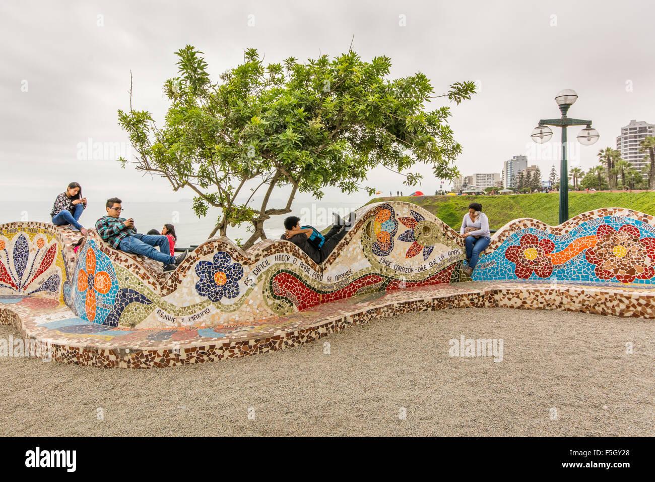 Los jóvenes que cuelgan en el Parque del Amor en Miraflores en la ciudad de Lima Perú. Imagen De Stock