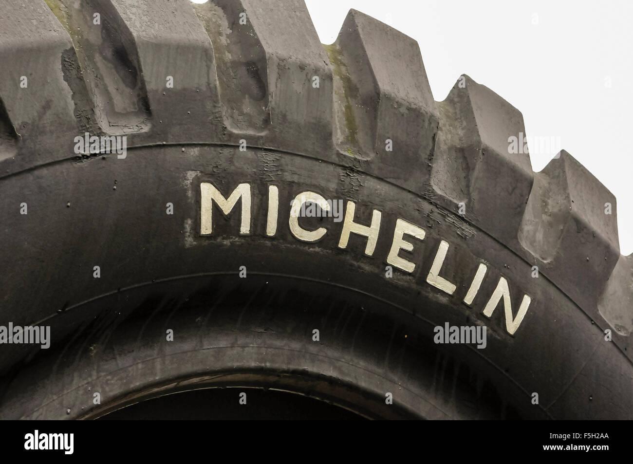 Los neumáticos Michelin para camiones grandes con nombre de marca en el lado Foto de stock