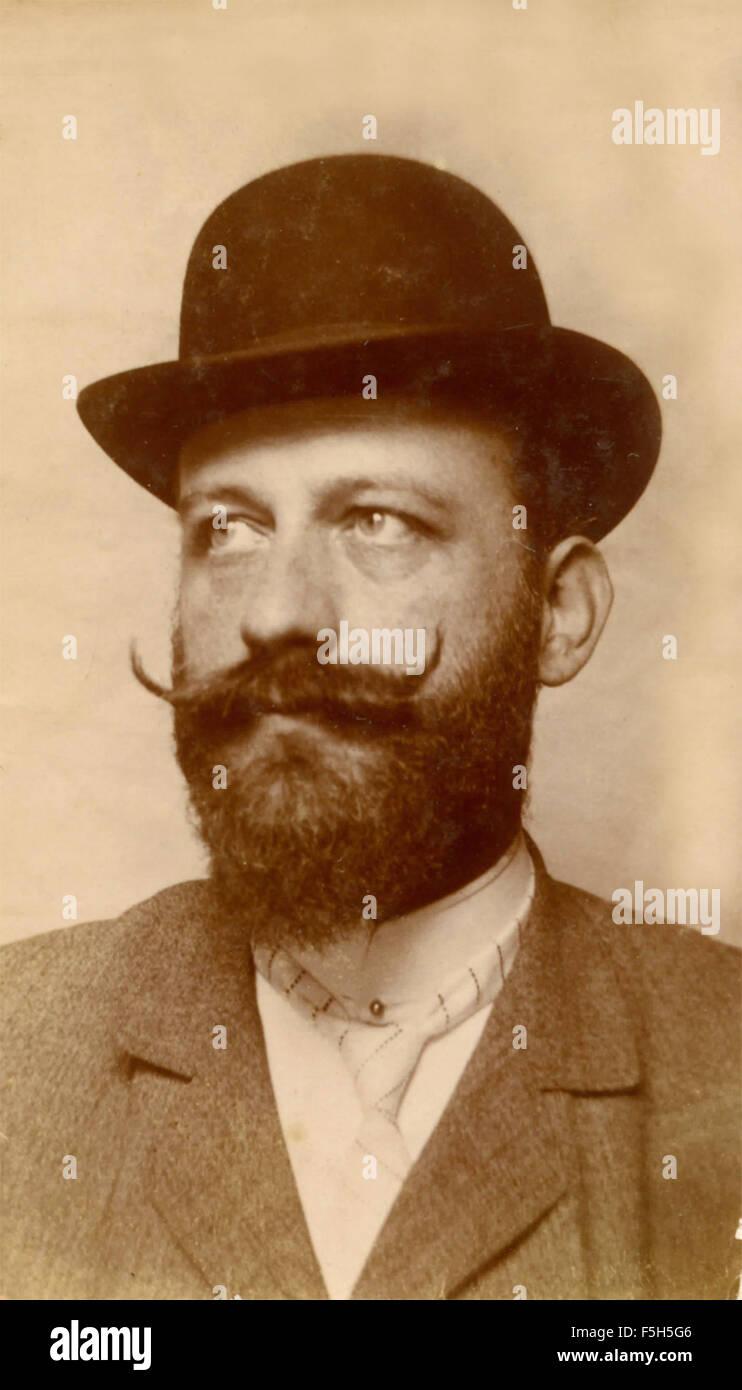 Retrato de un hombre barbado con sombrero, Italia Foto de stock