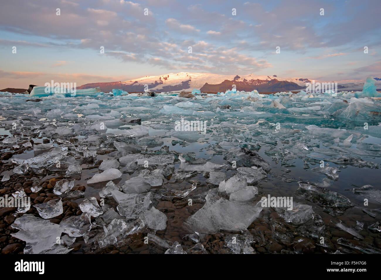 Hielo, icebergs y montañas cubiertas de nieve, la Laguna glaciar Jokulsarlon, glaciar Vatnajokull, el Parque Imagen De Stock