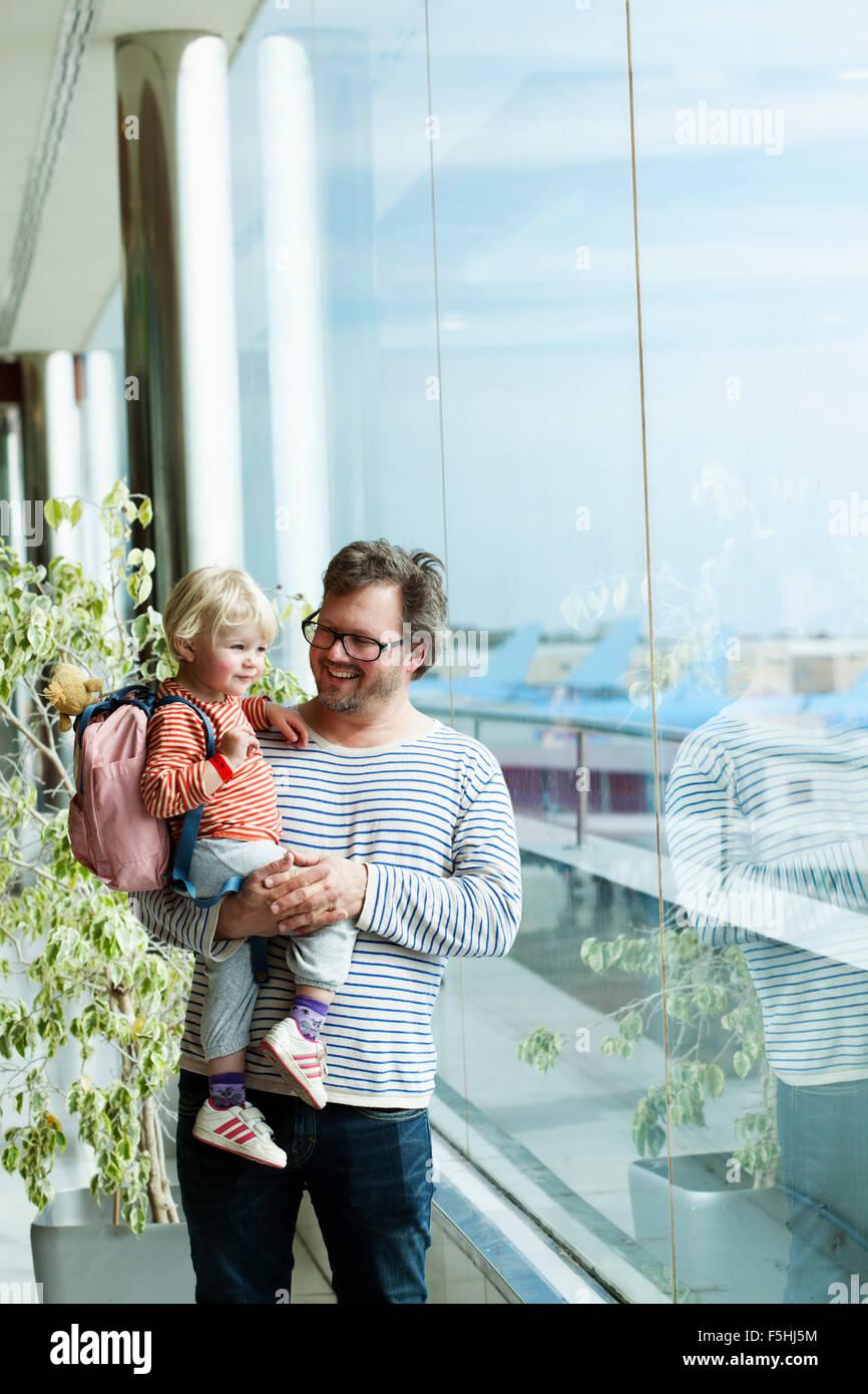 España, Tenerife, Tenerife Sur Aeropuerto, padre e hija (2-3) en el aeropuerto Imagen De Stock